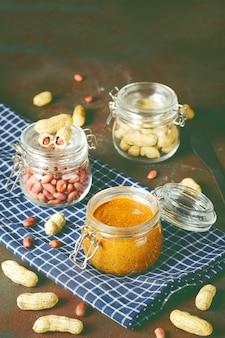 Selbst gemachte organische sahnige erdnussbutter in einem glas