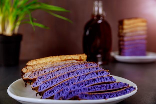Selbst gemachte pfannkuchen mit schokolade glasieren einen hölzernen hintergrund des köstlichen frühstücks