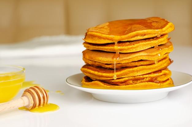 Selbst gemachte pfannkuchen zum frühstück auf weißer tabelle