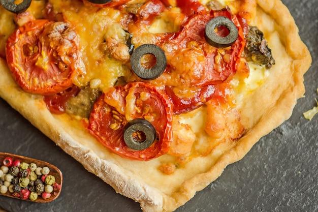 Selbst gemachte pizza auf einem holz