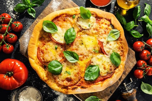Selbst gemachte pizza mit mozzarella auf dunkelheit