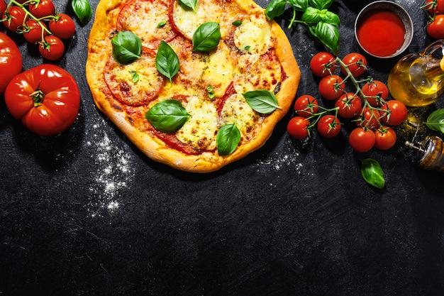 Selbst gemachte pizza mit mozzarella auf dunklem hintergrund