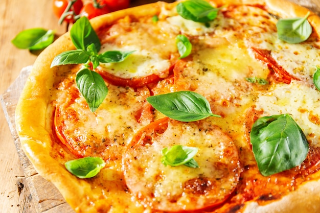 Selbst gemachte pizza mit mozzarella auf hölzernem hintergrund