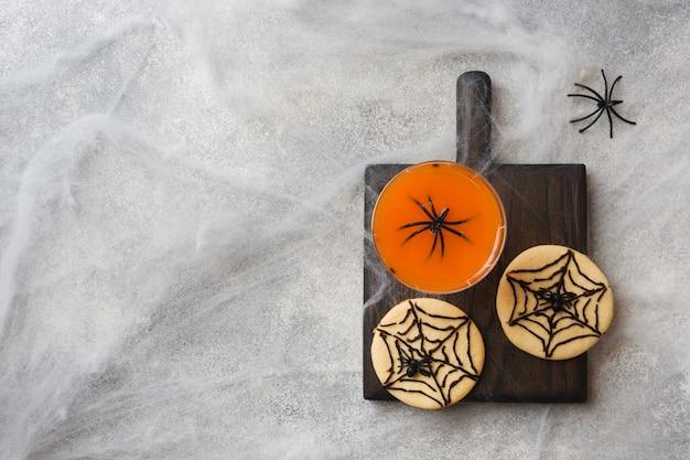 Selbst gemachte plätzchen für halloween, plätzchen mit schokoladenweb und spinnen
