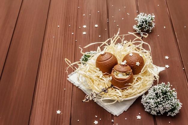 Selbst gemachte pralinen mit stern besprüht. festliche süßspeise zu ostern