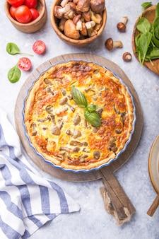 Selbst gemachte quiche lorraine mit chiken, pilzen, käse. ansicht von oben. kochen. gewürze, butter. torte.