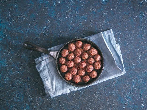 Selbst gemachte rindfleischfleischklöschen in der roheisenbratpfanne