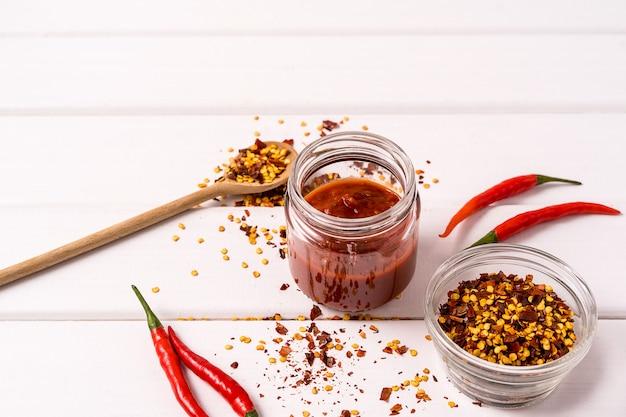 Selbst gemachte rote harissa paste, paprikapfeffergewürze und frische rote paprikapfeffer.