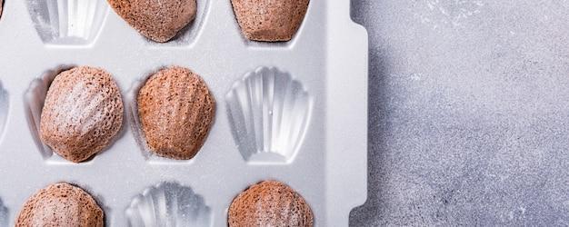 Selbst gemachte schokoladen-madeleine-plätzchen