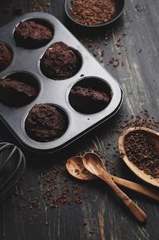 Selbst gemachte schokoladenmuffins mit schokoladenbelag