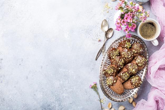 Selbst gemachte schokoladenplätzchen madeleine