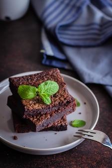 Selbst gemachte schokoladenschokoladenkuchen auf hintergrund des blauen steins