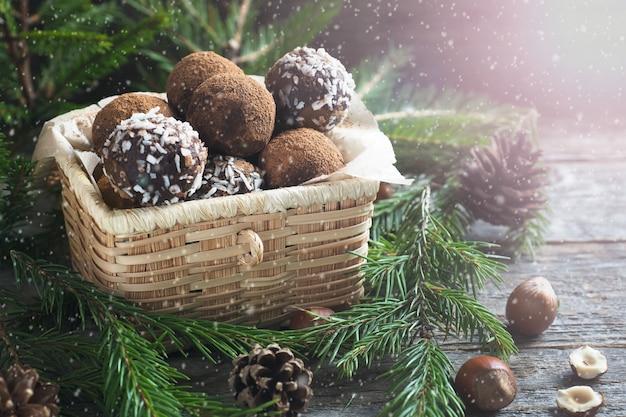 Selbst gemachte schokoladentrüffeln mit kakao und kokosnuss in einem korb
