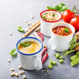 Selbst gemachte sortierte suppen mit bestandteilen