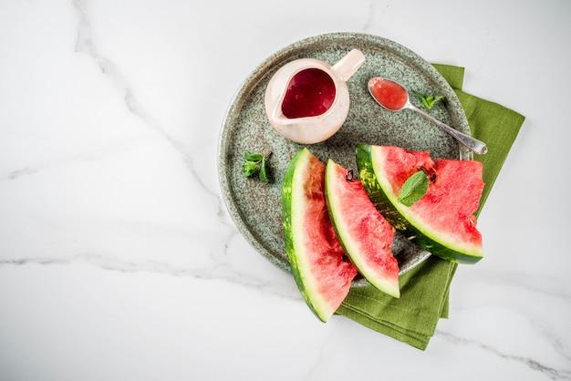 Selbst gemachte süß-saure wassermelonensoße, weißer marmorhintergrund-kopienraum