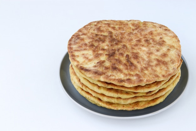 Selbst gemachte tortillas, gelegen auf einer platte auf einem weißen hintergrund