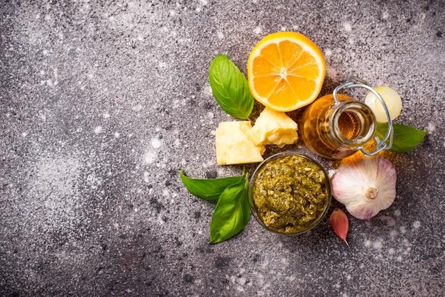Selbst gemachte traditionelle italienische pestosoße