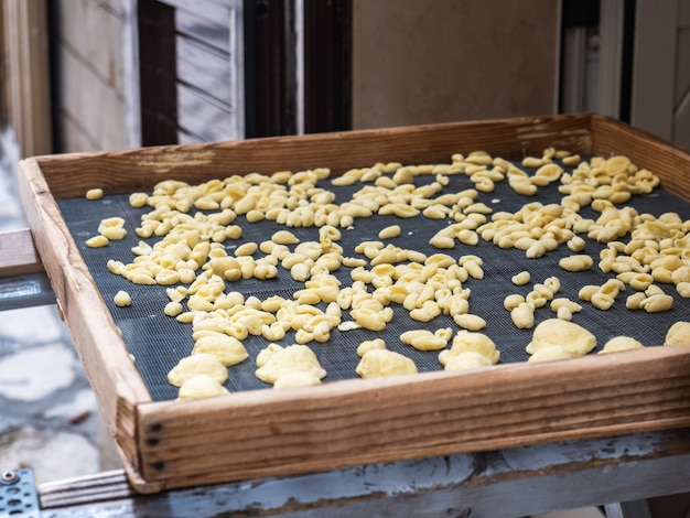 Selbst gemachte traditionelle teigwaren auf einem hölzernen brett