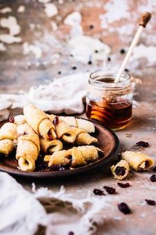 Selbst gemachte vollweizen-haferflockenplätzchen mit pekannüssen, getrockneten moosbeeren und honig