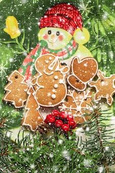 Selbst gemachte weihnachtsplätzchen auf einer weihnachtsplatte