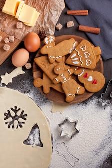 Selbst gemachte weihnachtsplätzchen auf rustikalem hintergrund