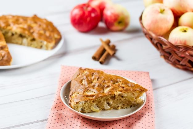 Selbst gemachter apfelkuchen mit zimt und frischen reifen äpfeln