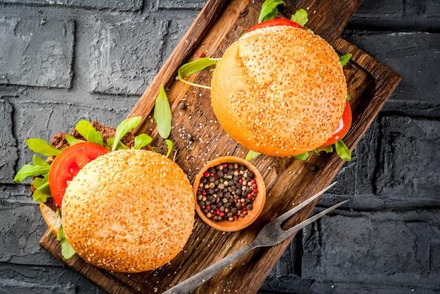 Selbst gemachter bbq-rindfleischfleisch-sandwichburger mit frischgemüse