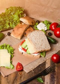 Selbst gemachter burger, sandwich mit gemüse, tomatengurke und weißkäse