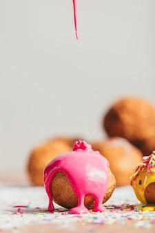 Selbst gemachter donut mit rosafarbener glasur.