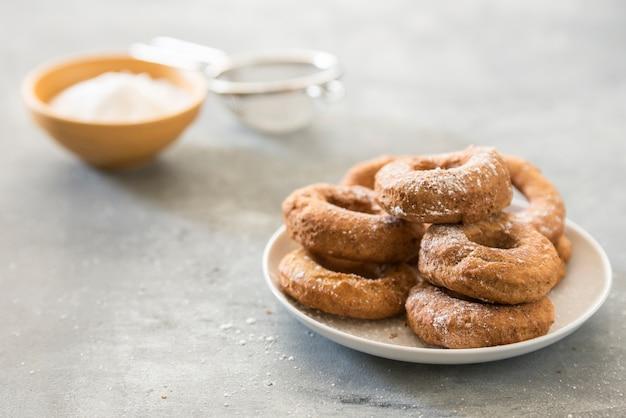 Selbst gemachter donutszucker glasiert auf einem steinhintergrund