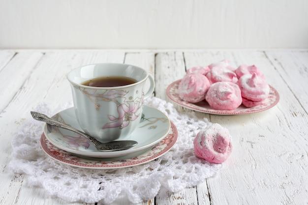 Selbst gemachter eibischzefir mit tasse tee