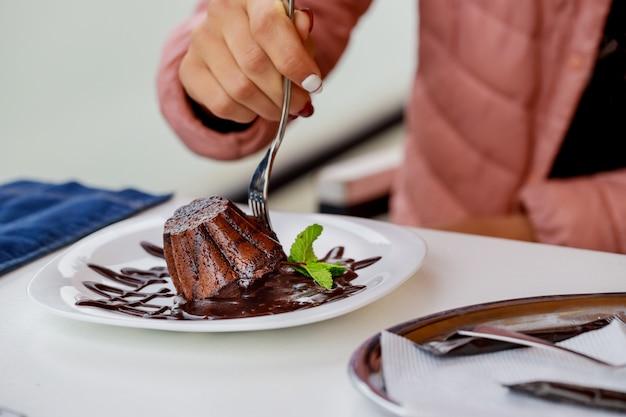 Selbst gemachter einzelner schokoladenfondantschokoladenkuchen im löffel