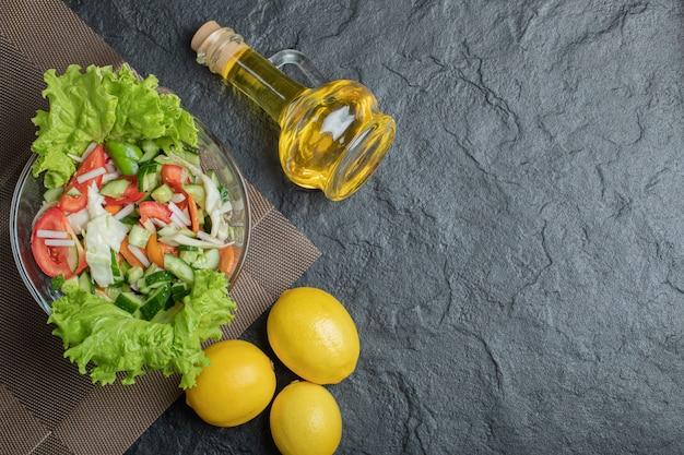 Selbst gemachter frischer bio-salat auf dem tisch zum mittagessen. hochwertiges foto