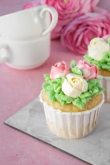 Selbst gemachter gebackener cupcake mit sahne für einen geburtstagsurlaub
