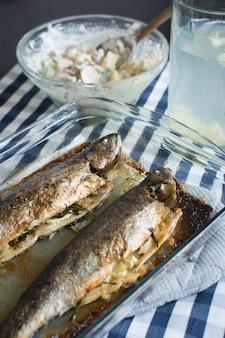 Selbst gemachter gebackener fisch mit kartoffelsalat