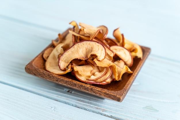 Selbst gemachter getrockneter organischer apfel geschnitten