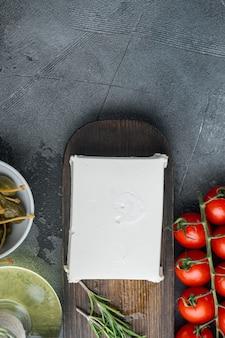 Selbst gemachter griechischer käsefeta auf grau