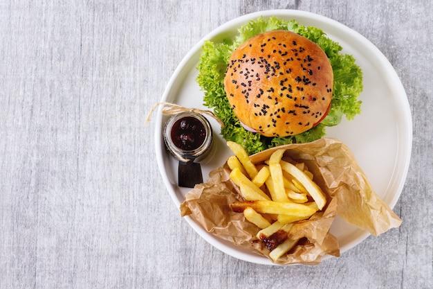 Selbst gemachter hamburger mit pommes-frites