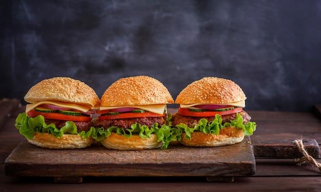 Selbst gemachter hamburger mit rindfleisch, zwiebel, tomate