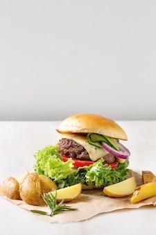 Selbst gemachter hamburger mit rindfleisch
