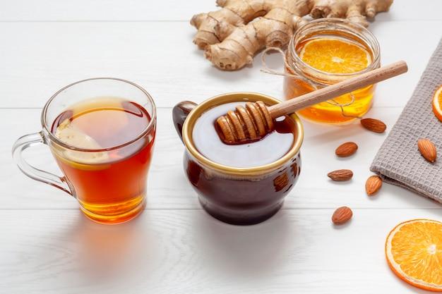 Selbst gemachter honig mit ingwer auf einer tabelle