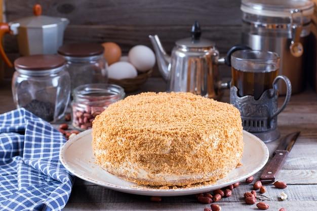 Selbst gemachter honigkuchen mit saurer sahne auf einem holztisch