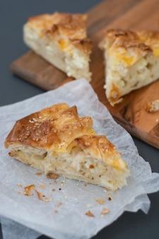 Selbst gemachter hüttenkäsekuchen oder -torte mit hefeteig.