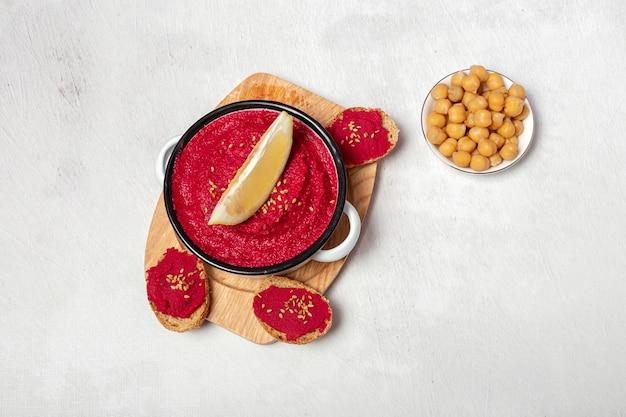Selbst gemachter hummus der roten rote-bete-wurzeln mit kichererbsen