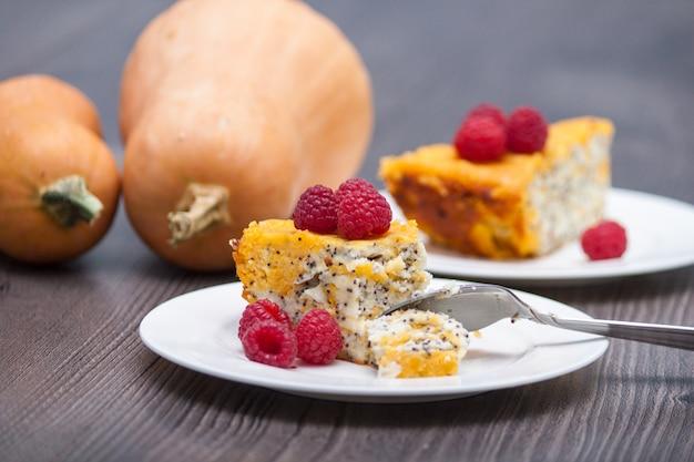 Selbst gemachter käsekuchen des kürbises oder kuchen mit himbeeren. erntedankfest.