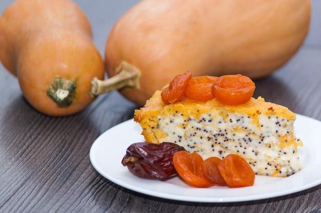 Selbst gemachter käsekuchen oder kuchen mit getrockneten aprikosen, mohn, orange, obst.