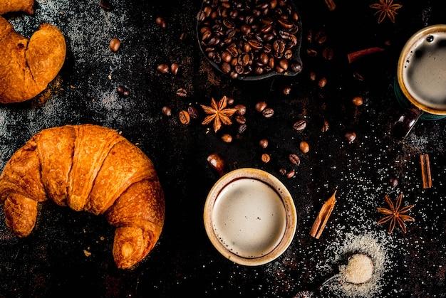 Selbst gemachter kaffee des kontinentalen frühstücks mit gewürzrohrzucker-hörnchenmarmelade auf einer schwarzen rostigen metalltabelle