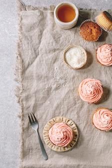 Selbst gemachter kleiner kuchen mit buttercreme