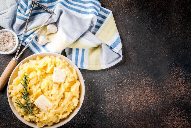 Selbst gemachter knoblauch herb mashed potatoes kochte püree auf dunkler rostiger tabelle
