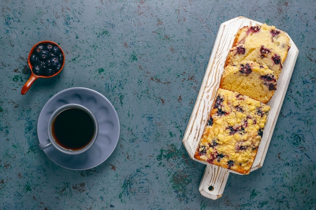 Selbst gemachter köstlicher blaubeerstreuselkuchen mit gefrorenen blaubeeren, draufsicht